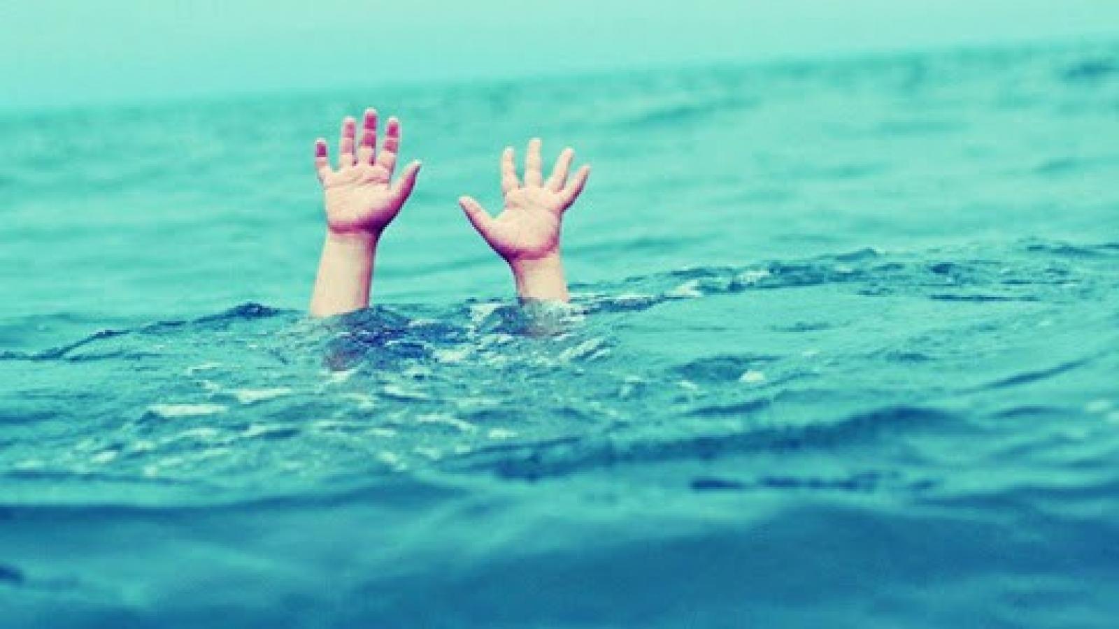 Nam thiếu niên trượt chân xuống suối lũ tử vong