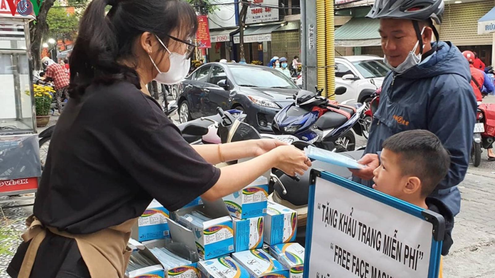 Đà Nẵng phát khẩu trang miễn phí