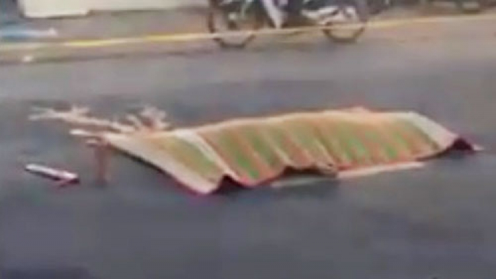 Thanh niên tử vong nằm giữa đường với nhiều vết thương