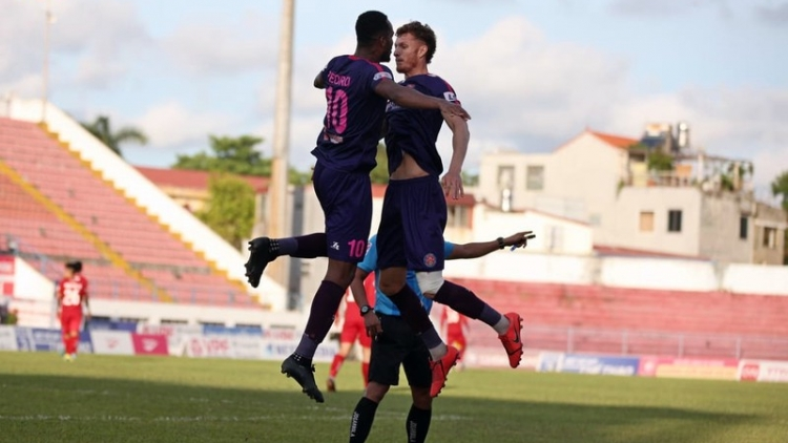 """Sài Gòn FC vẫn """"độc cô cầu bại"""", SLNA thua trận thứ 3 liên tiếp"""