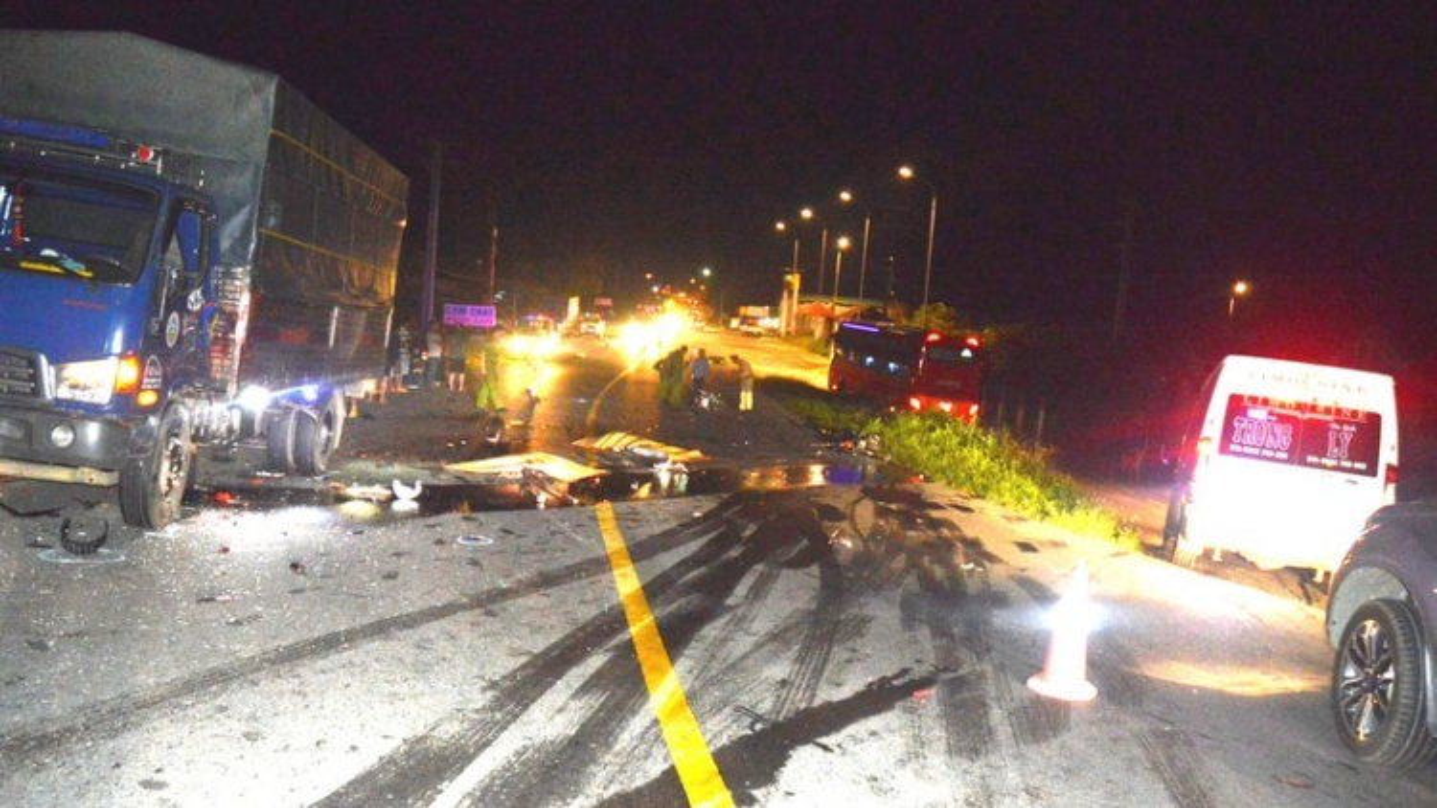 Xe máy chạy tốc độ cao tông xe tải, 2 người tử vong