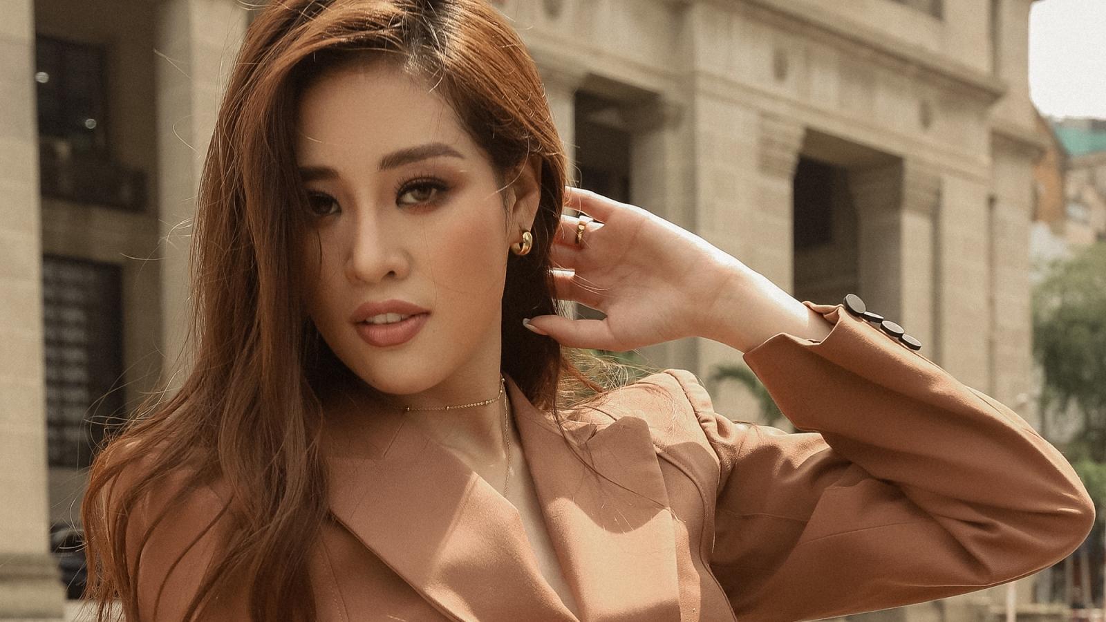 """Hoa hậu Khánh Vân """"sang chảnh"""" dạo phố với loạt trang phục cá tính"""