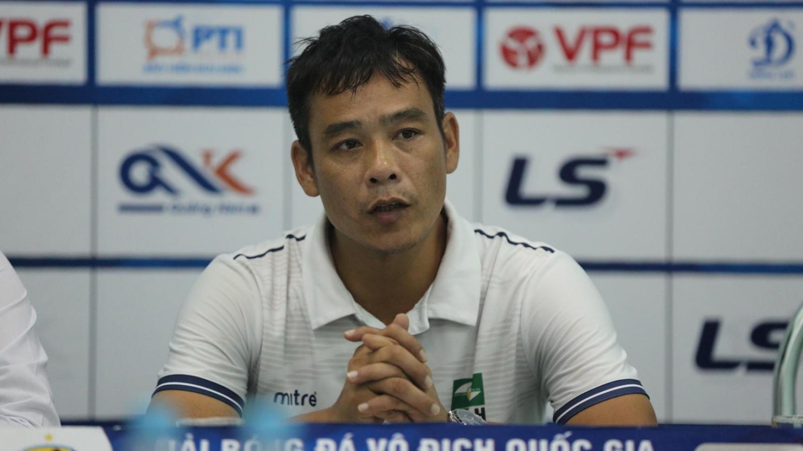 Bức xúc trọng tài, HLV SLNA viết đơn kiến nghị ngay sau trận gặp Quảng Nam