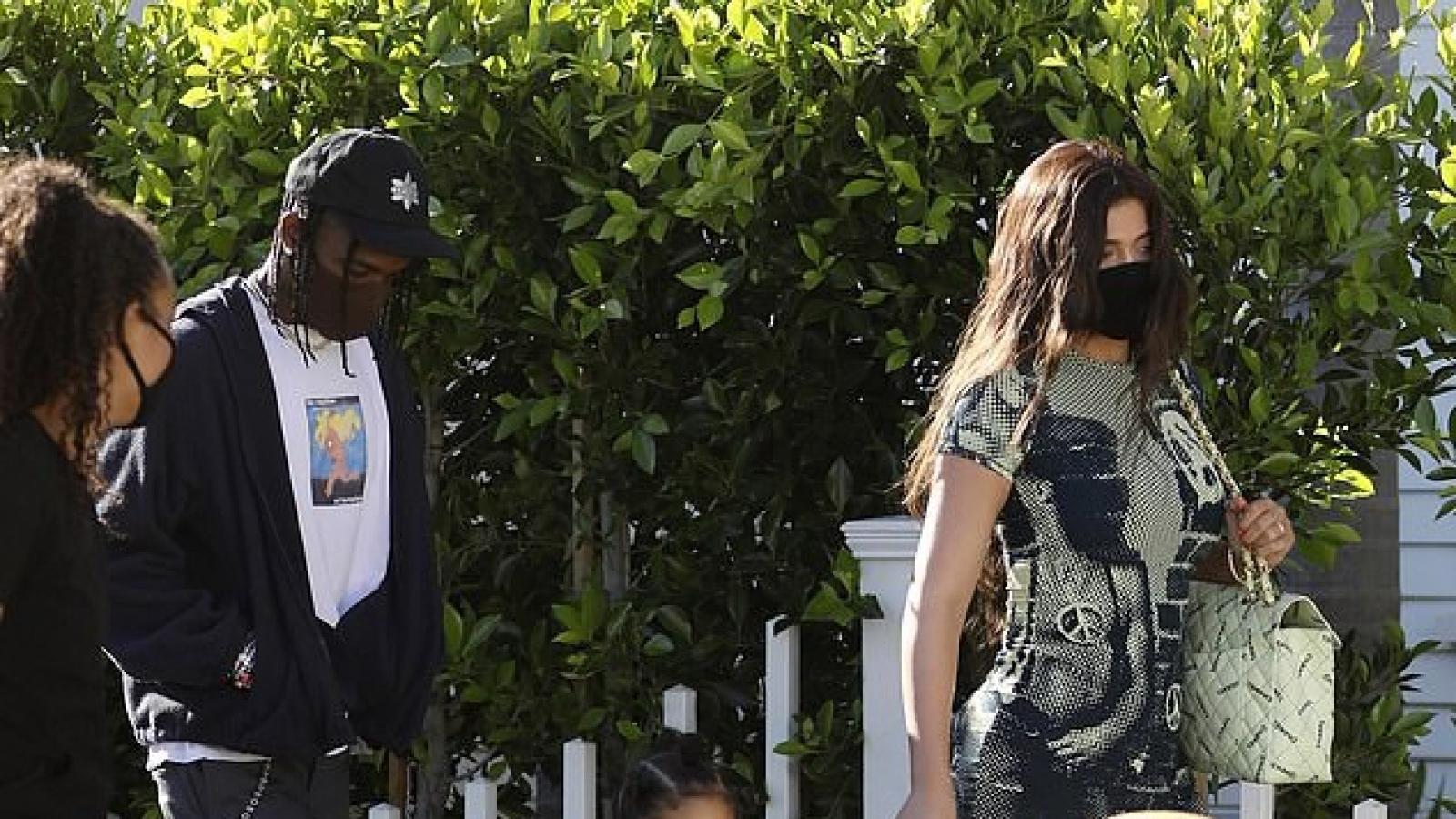 Kylie Jenner mặc đầm bó sát, vui vẻ đi nghỉ dưỡng cùng tình cũ Travis Scott