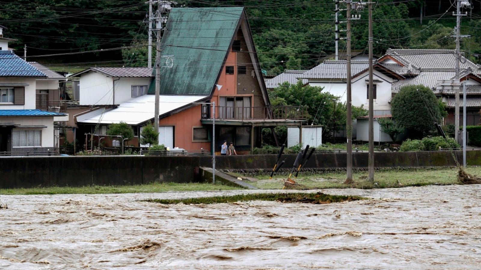 Hàng nghìn hộ dân ở Nhật Bản bị cô lập vì mưa lũ