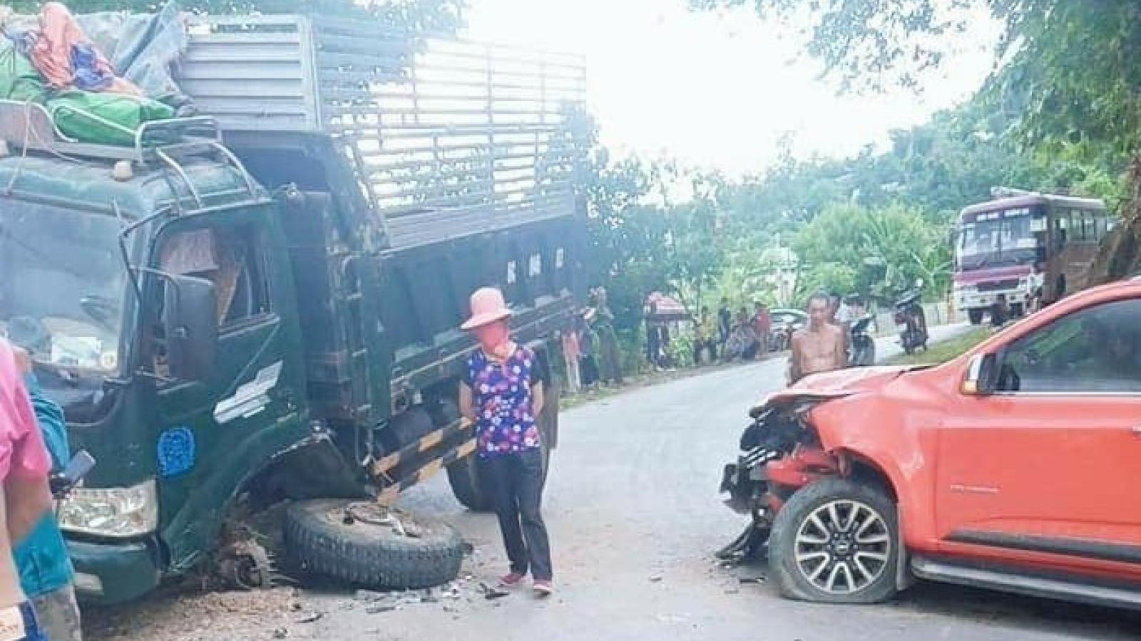 Đấu đầu do trời mưa, đường trơn, 2 xe ô tô đều hư hỏng nặng