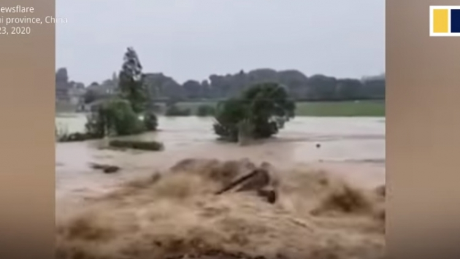 Video: Cảnh tượng mưa lũ xối xả trên sông Dương Tử cuốn trôi cả máy cẩu