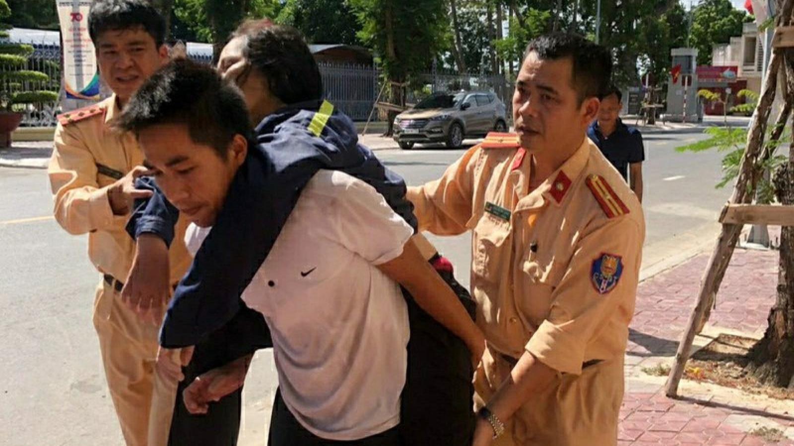 Cảnh sát đường thủy Hải Phòng cứu 2 người bị lật thuyền trên sông
