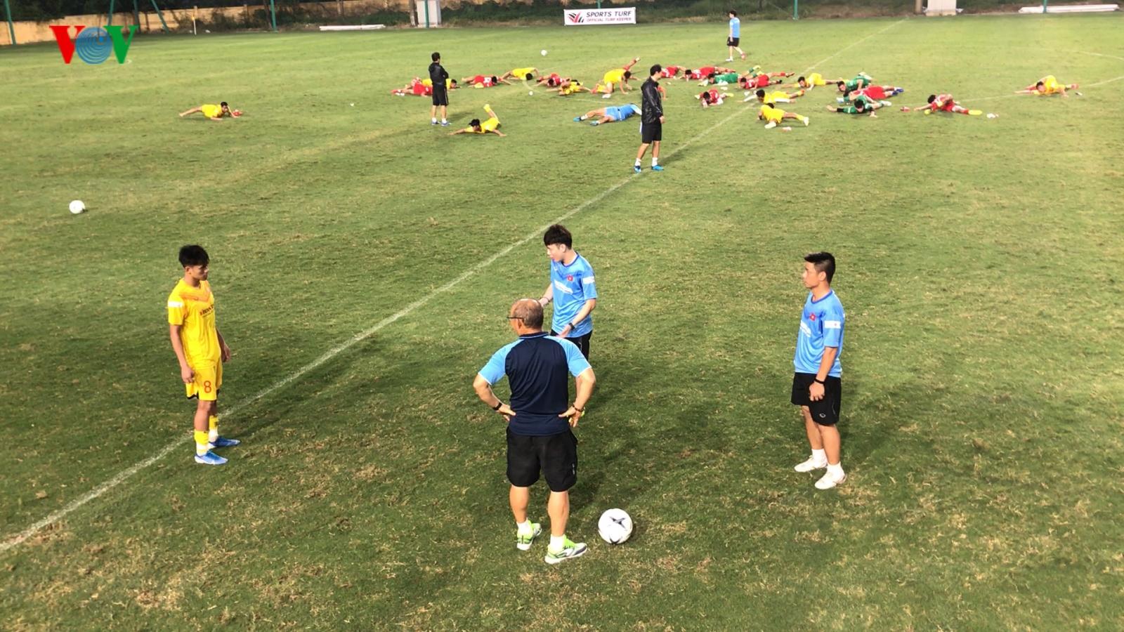 Clip: HLV Park Hang Seo dạy lại cầu thủ HAGL cách đi bóng