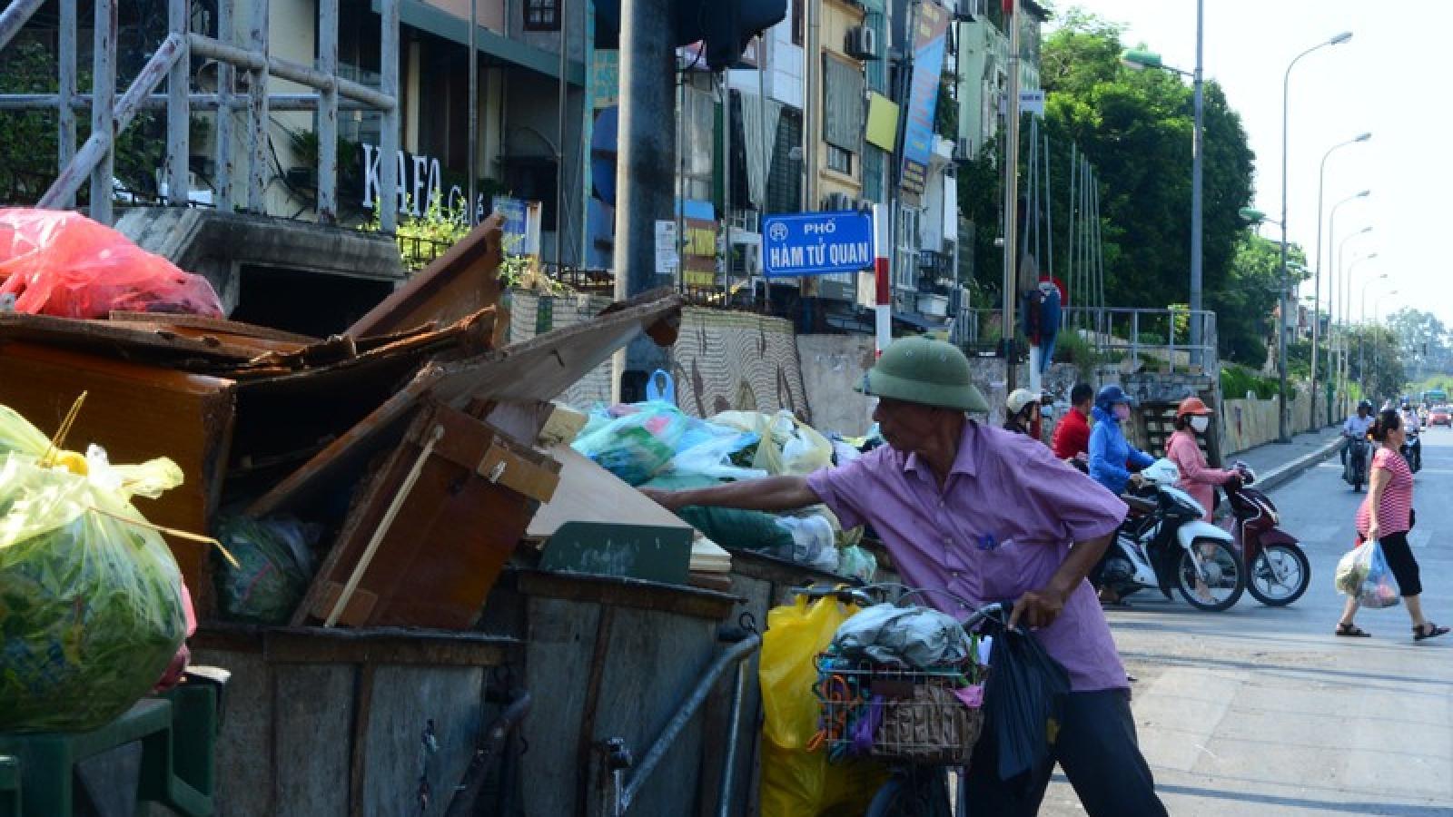 Dân chặn bãi rác Nam Sơn, rác thải ùn ứ trong nội thành bốc mùi xú uế