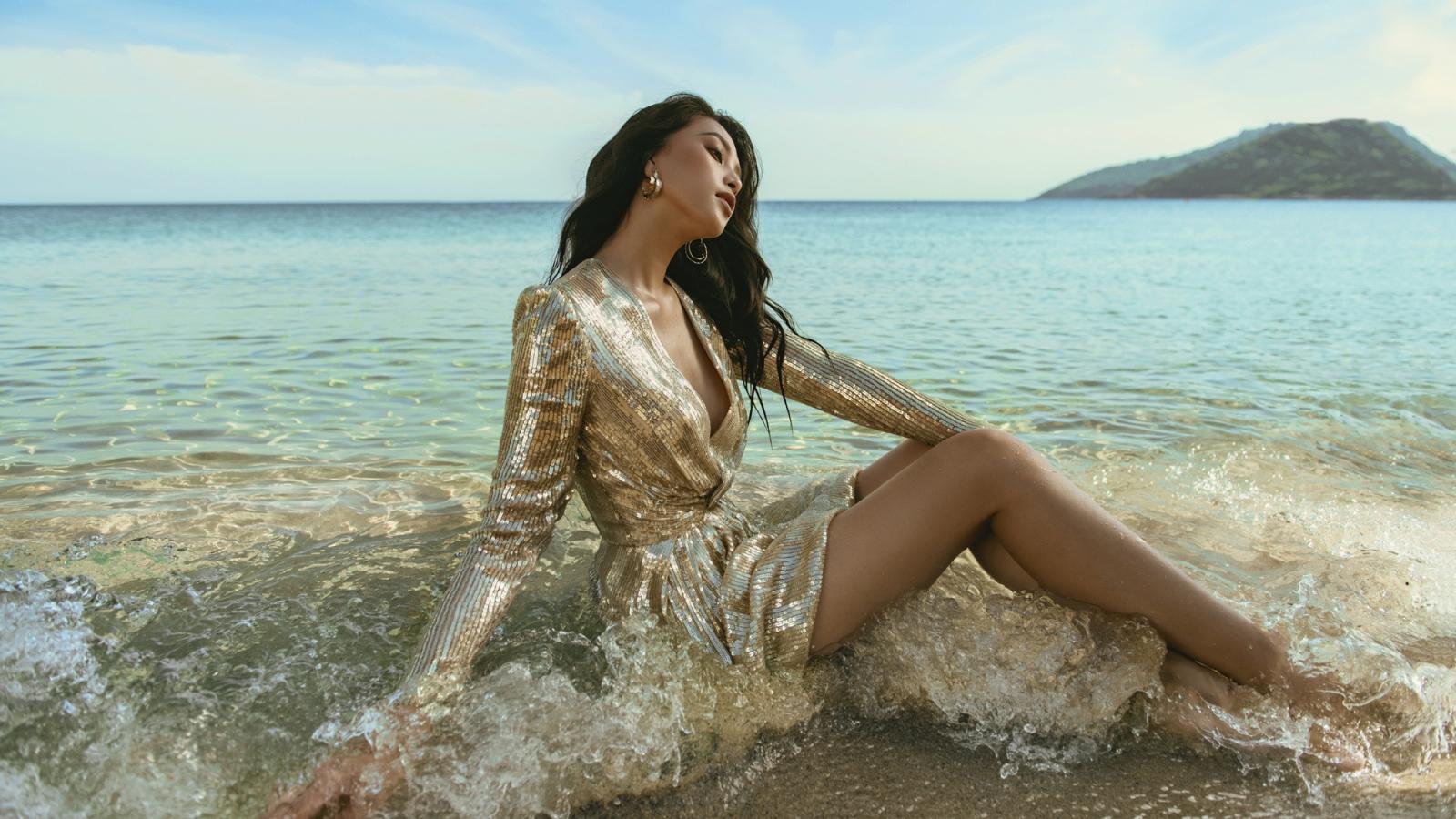 Hoa hậu Tiểu Vy kiêu sa, lộng lẫy giữa bãi biển Đà Nẵng xanh ngắt