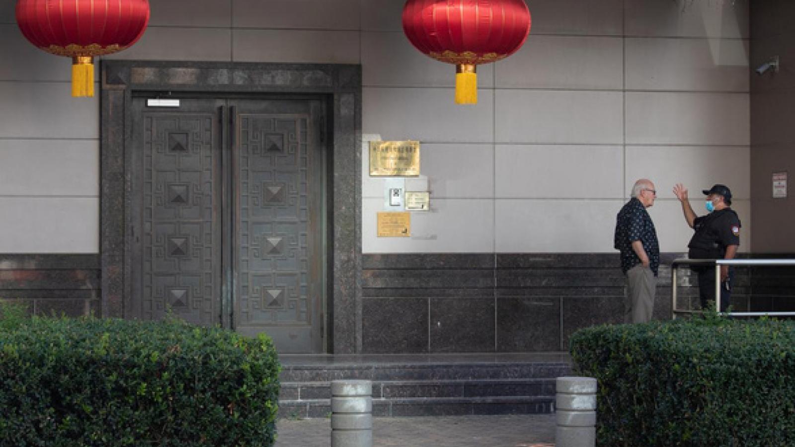 Khai chiến lãnh sự với Trung Quốc: Nước cờ tranh cử của Trump?