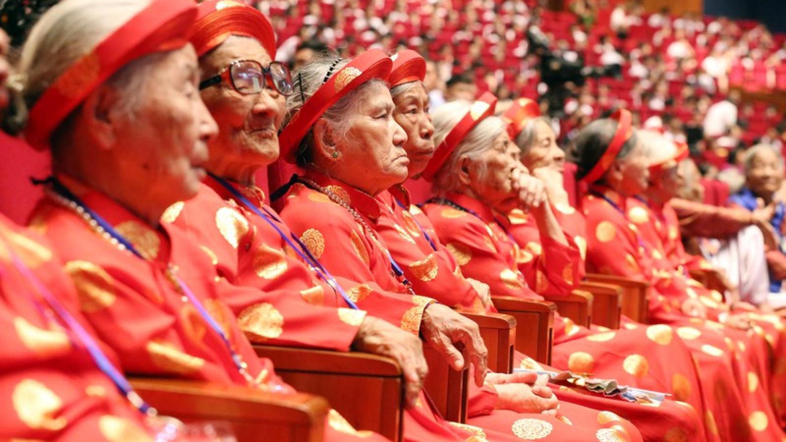 Hình ảnh xúc động gặp mặt Bà mẹ Việt Nam Anh hùng toàn quốc năm 2020