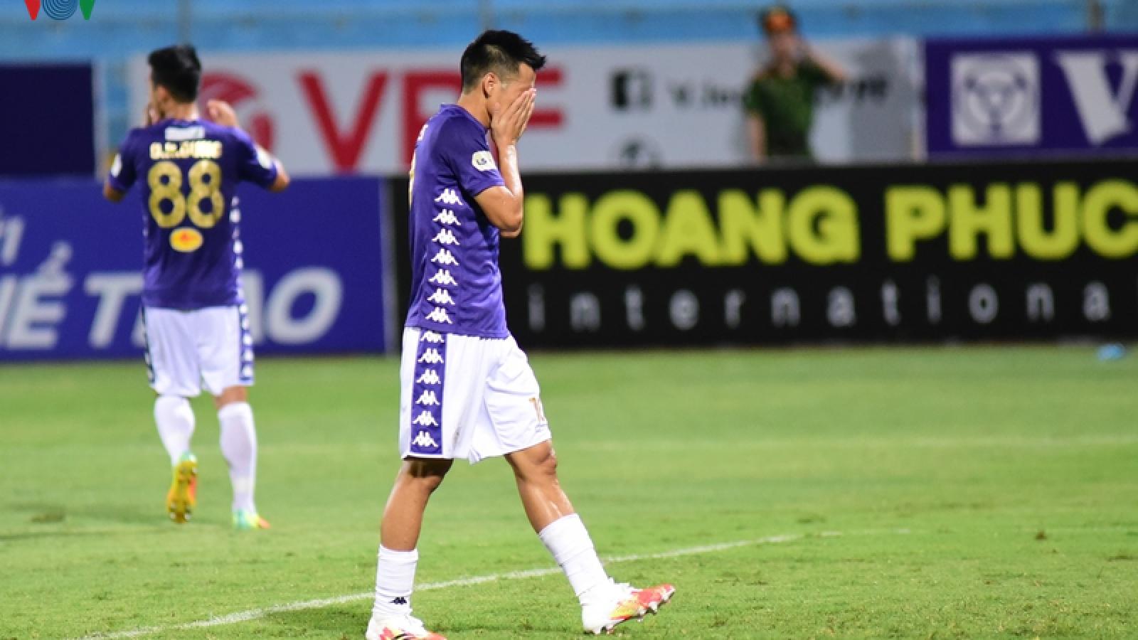 VIDEO: 2 pha bỏ lỡ không tưởng của Văn Quyết trước khung thành Sài Gòn FC