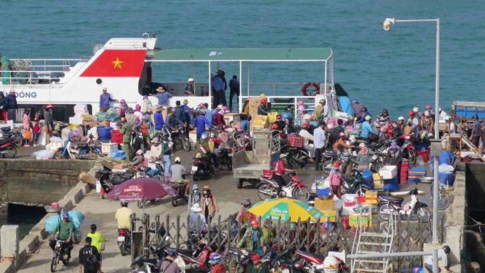 Quảng Ngãi đưa 2.200 khách du lịch rời đảo Lý Sơn