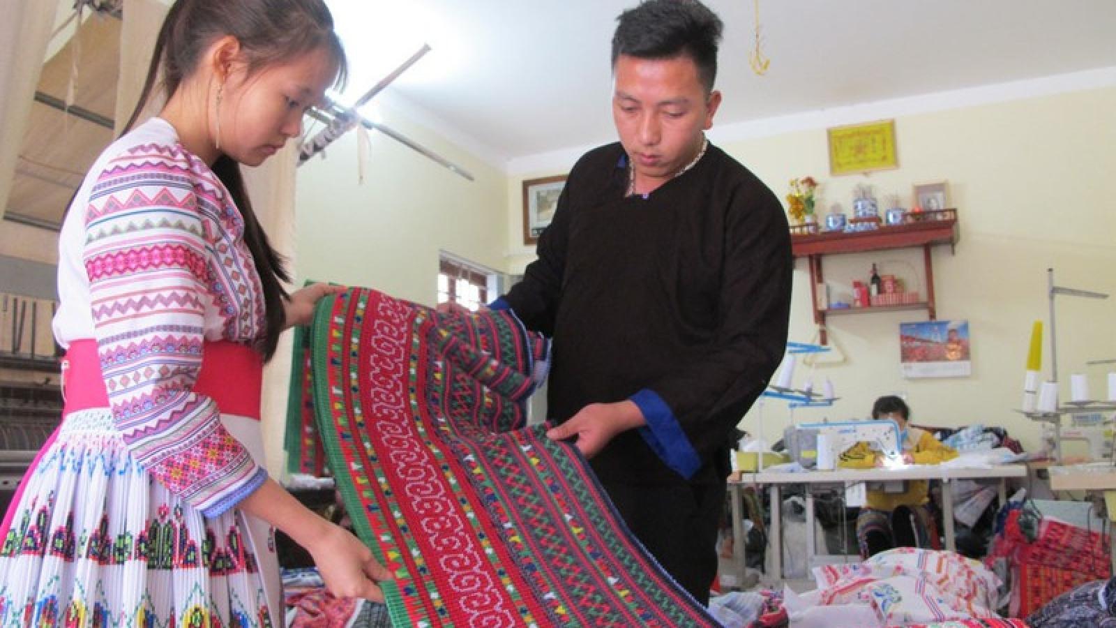 Chàng trai người Mông khởi nghiệp thành công với sắc màu thổ cẩm