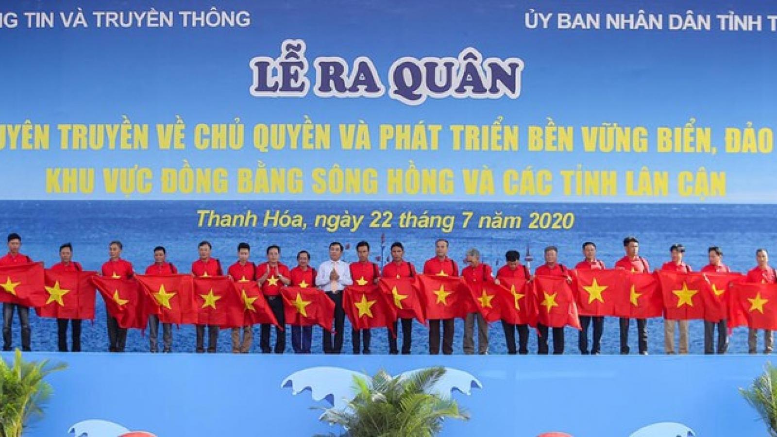 Trao tặng 2.000 lá cờ Tổ quốc cho ngư dân Thanh Hóa