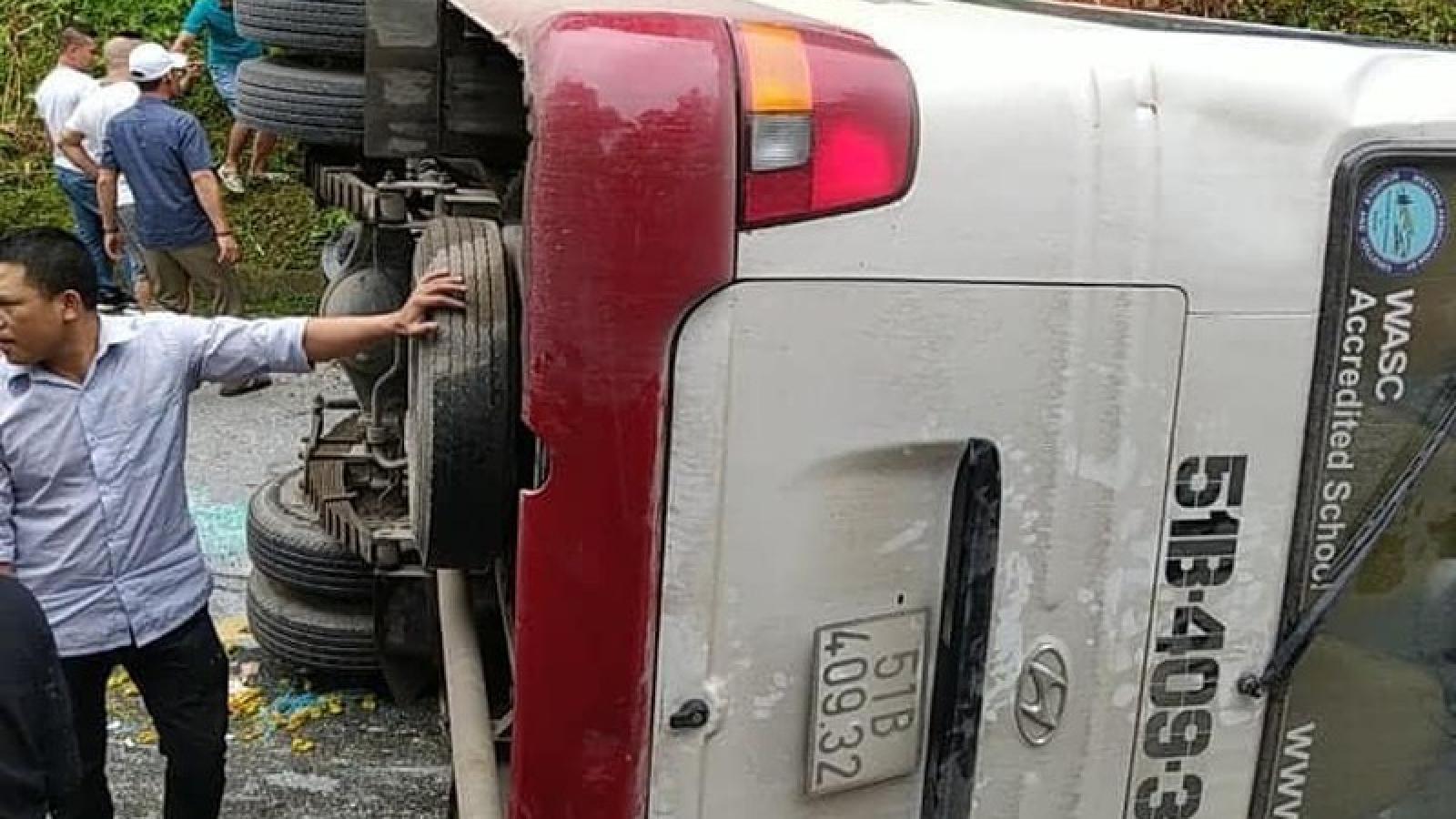 Xe khách chở gần 30 người lật ngang đèo tại Lào Cai