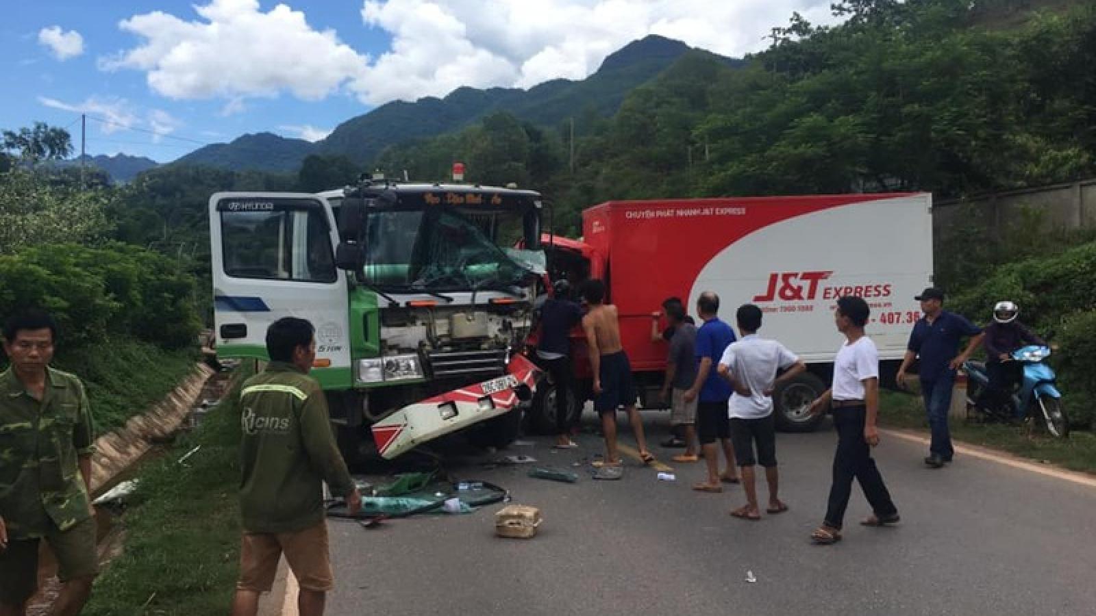 Xe tải và xe cứu hộ giao thông đâm nhau, Quốc lộ 6 ùn tắc cục bộ