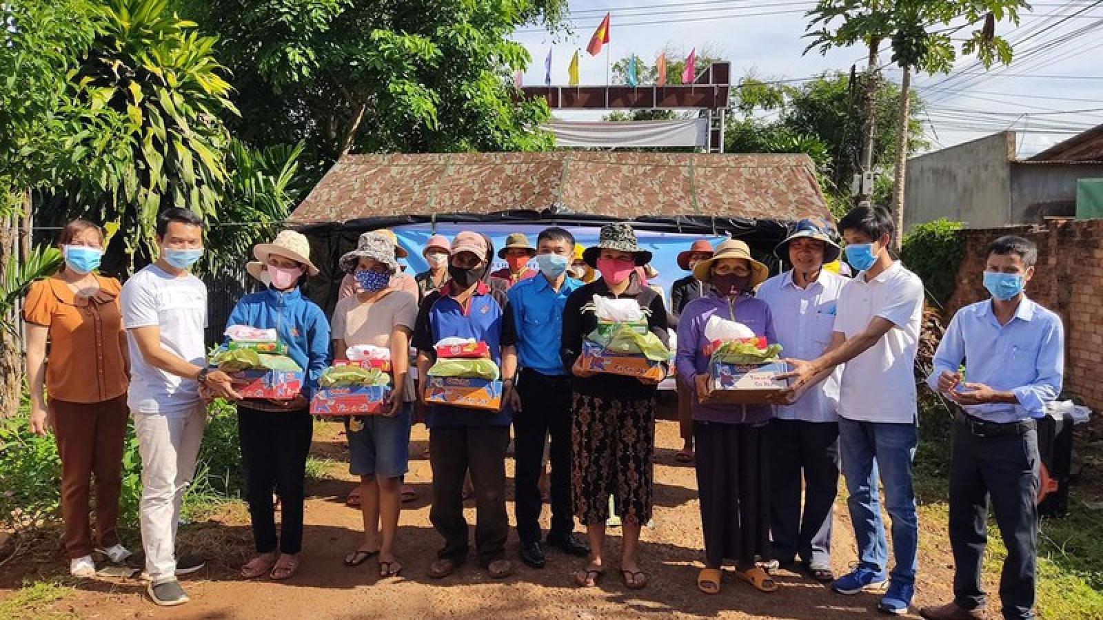 Hỗ trợ nhu yếu phẩm cho bà con vùng cách ly bạch hầu ở Đắk Lắk
