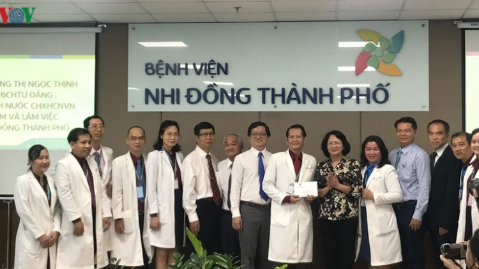 Phó Chủ tịch nước Đặng Thị Ngọc Thịnh thăm 2 bé Trúc Nhi - Diệu Nhi