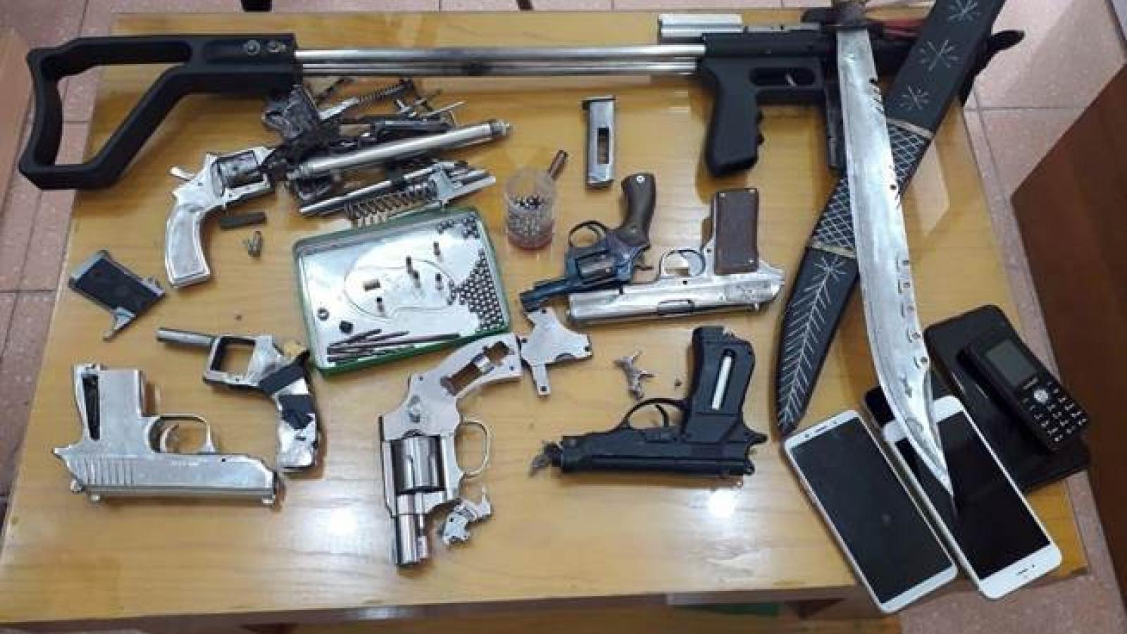 Nhóm con nghiện tàng trữ ma túy và chế tạo, mua bán vũ khí quân dụng