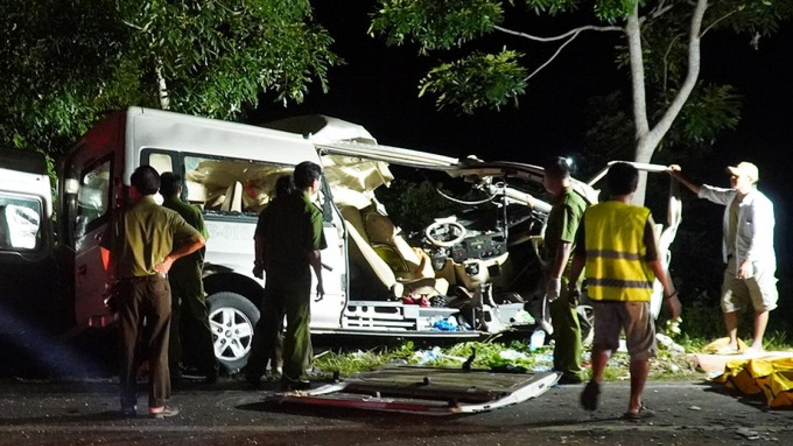 Ô tô khách đấu đầu xe tải trong đêm ở Bình Thuận, 8 người chết