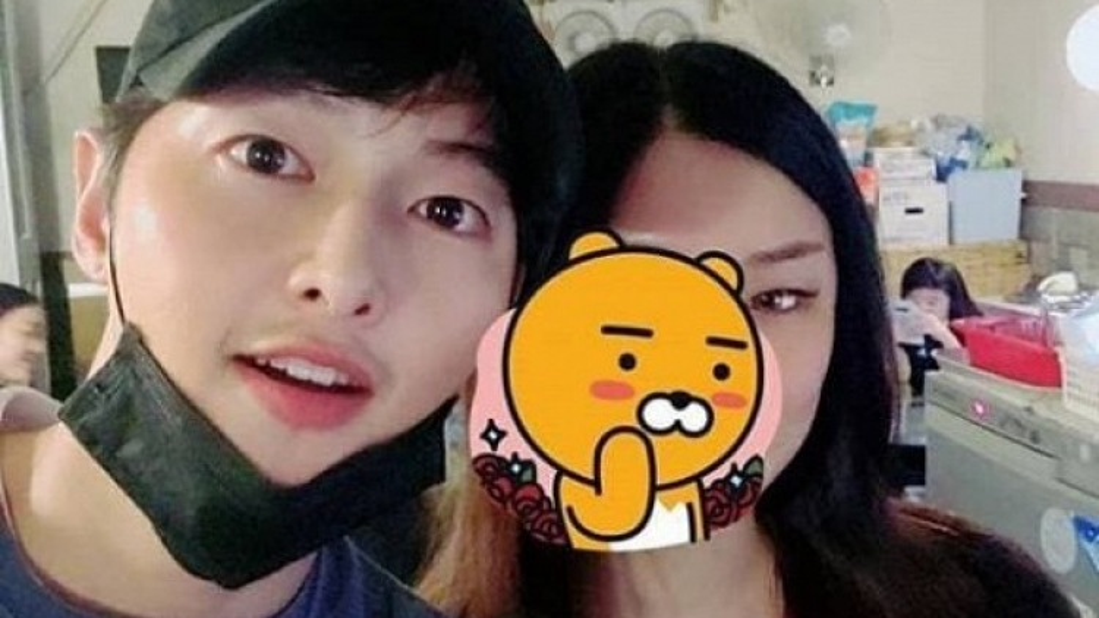 Song Joong Ki chụp ảnh gần gũi cô gái lạ mặt