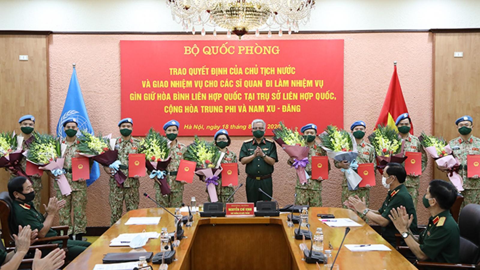 Trao quyết định cho 10 sĩ quan Việt Nam đi làm nhiệm vụ gìn giữ hòa bình