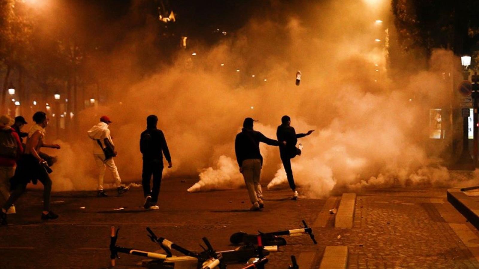 CĐV PSG làm loạn trên đường phố Paris sau trận chung kết Champions League