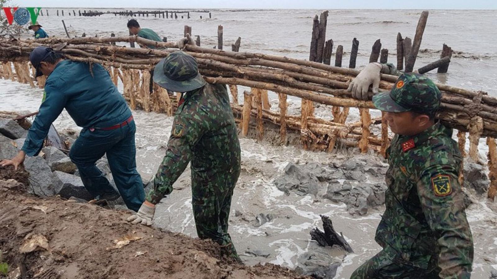 Mưa to gió lớn ở Kiên Giang sạt lở 2 đoạn đê quốc phòng