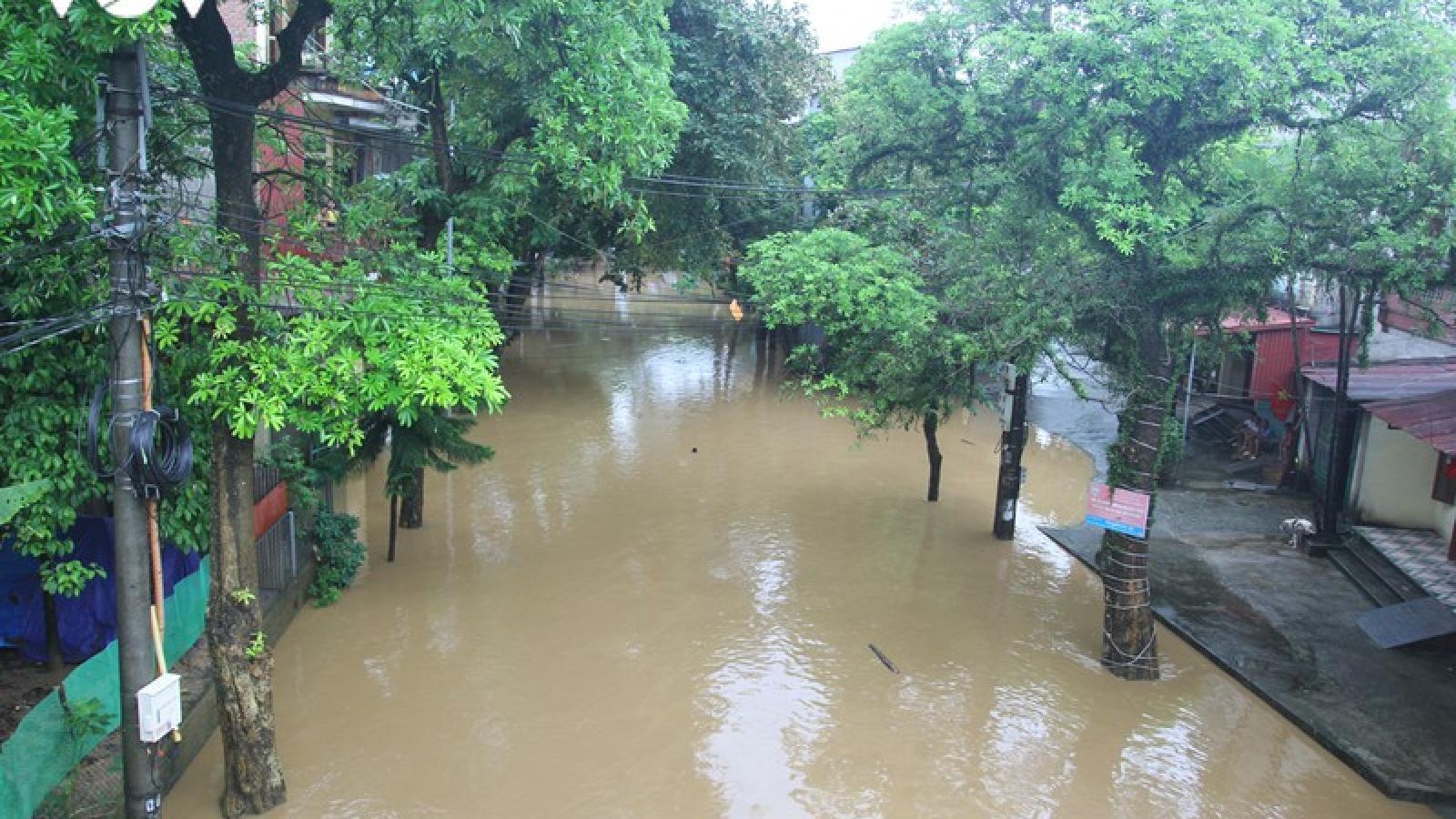 Nhiều tuyến đường TP Yên Bái thành sông do nước đầu nguồn sông Hồng đổ về