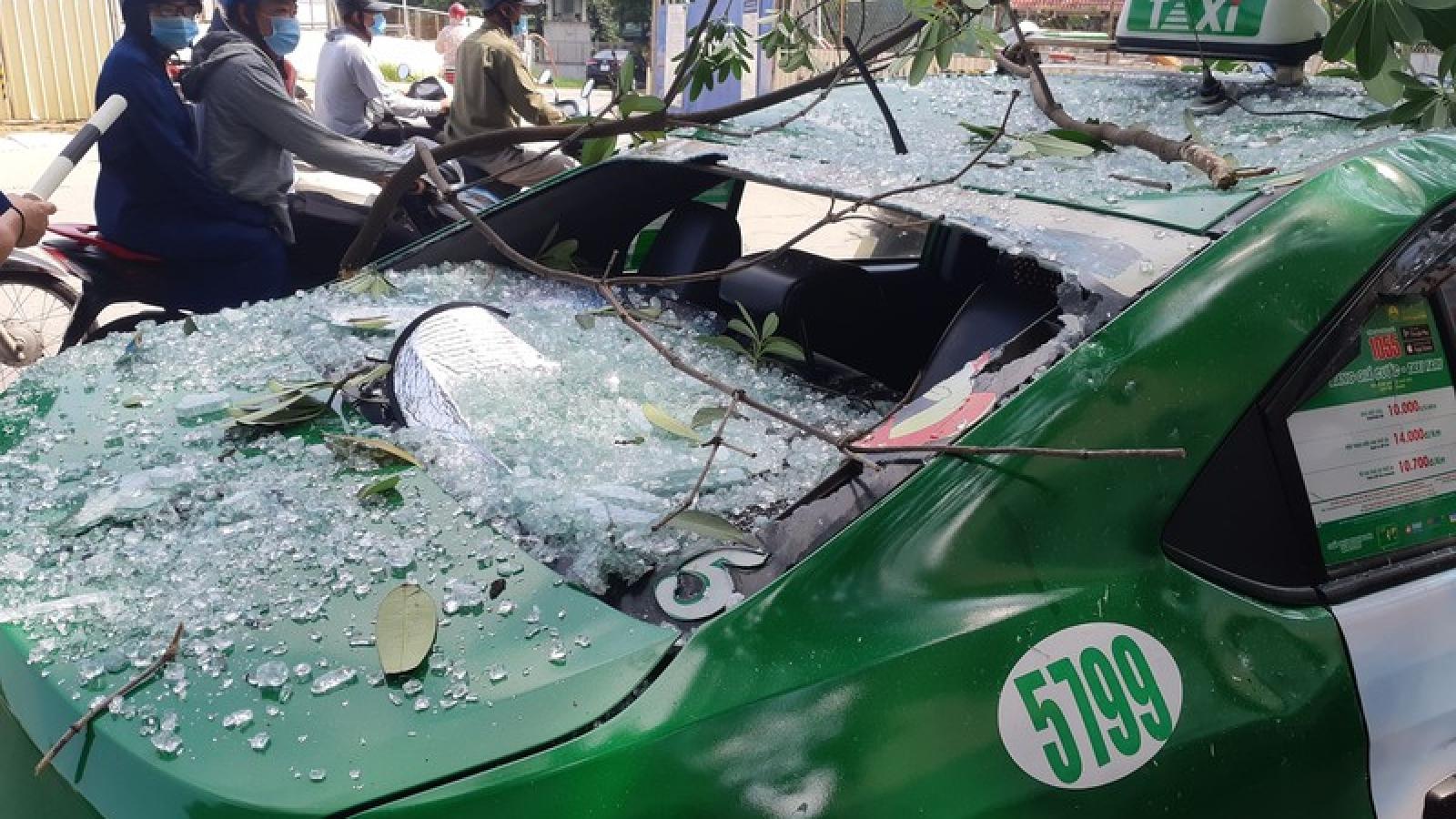 Hà Nội xảy ra vụ nổ lớn, ô tô bị thủng nóc khiến 2 người bị thương