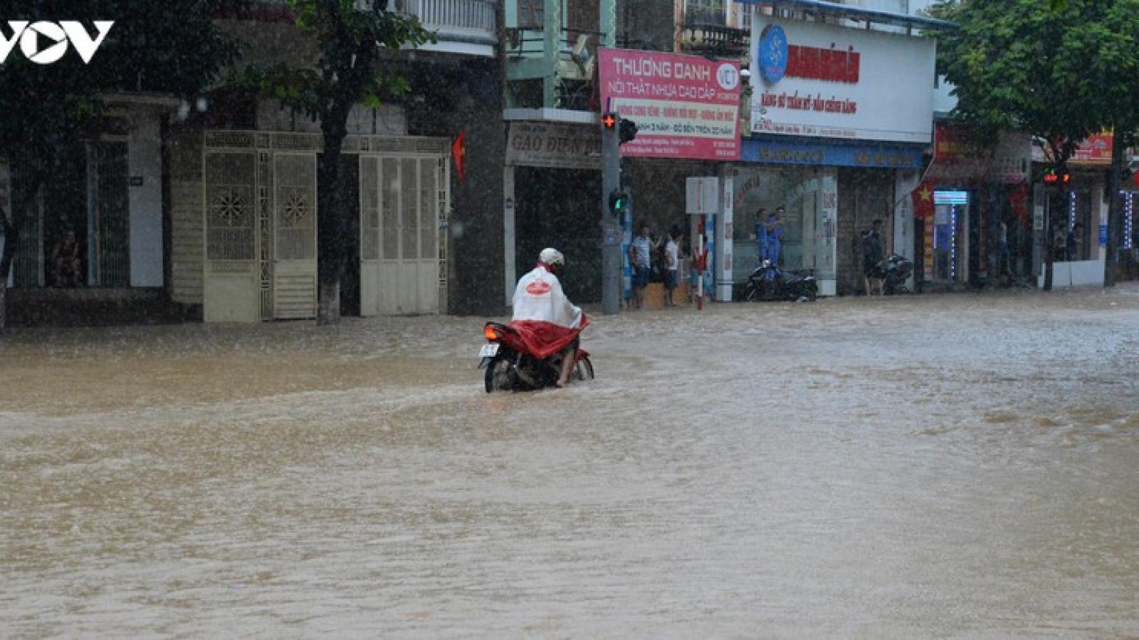 Ảnh: Mưa lớn khiến nhiều tuyến đường ở TP Sơn La ngập sâu trong nước