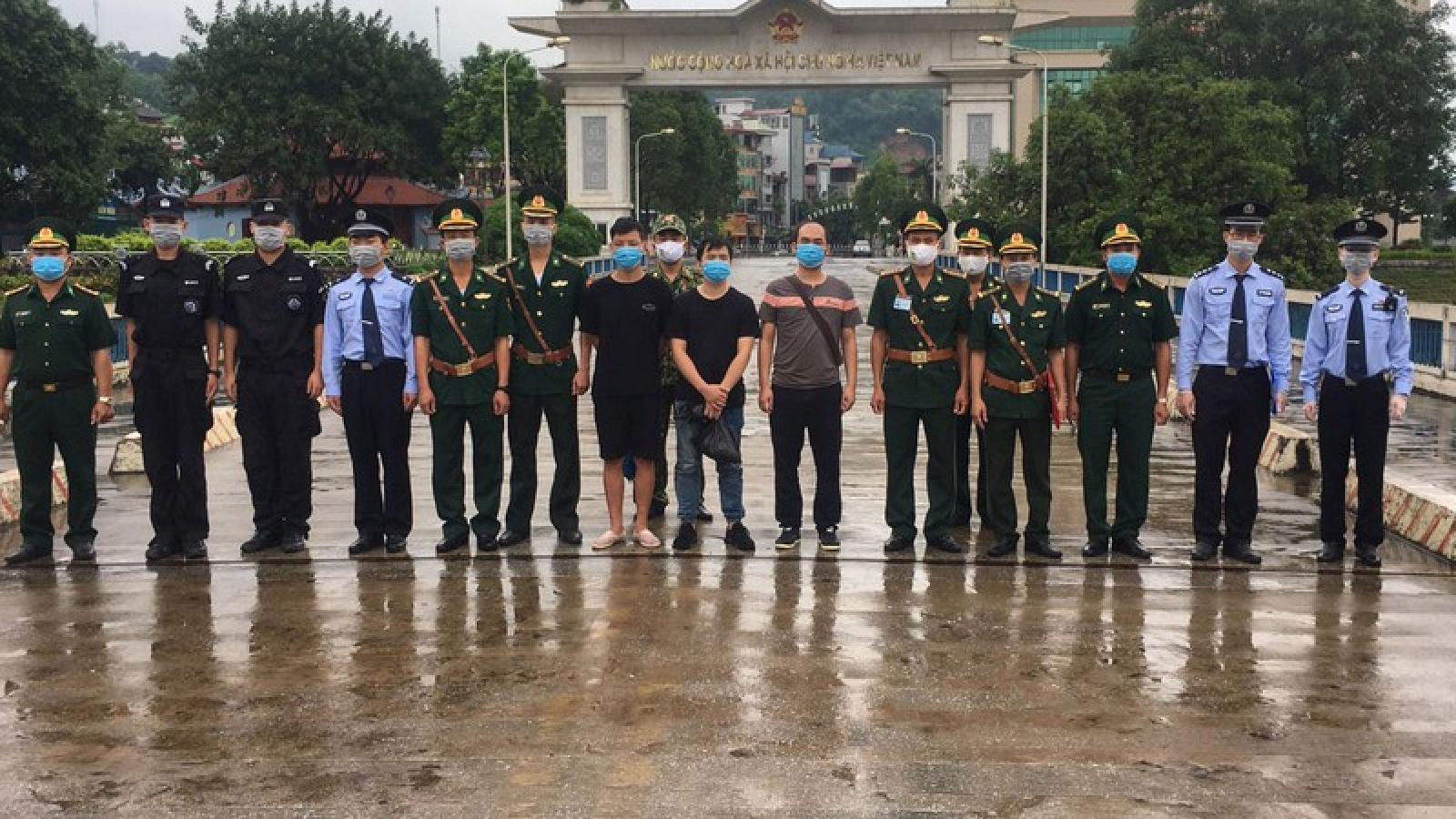 """Trao trả 3 đối tượng Trung Quốc đi du lịch """"chui"""" bị bỏ rơi"""