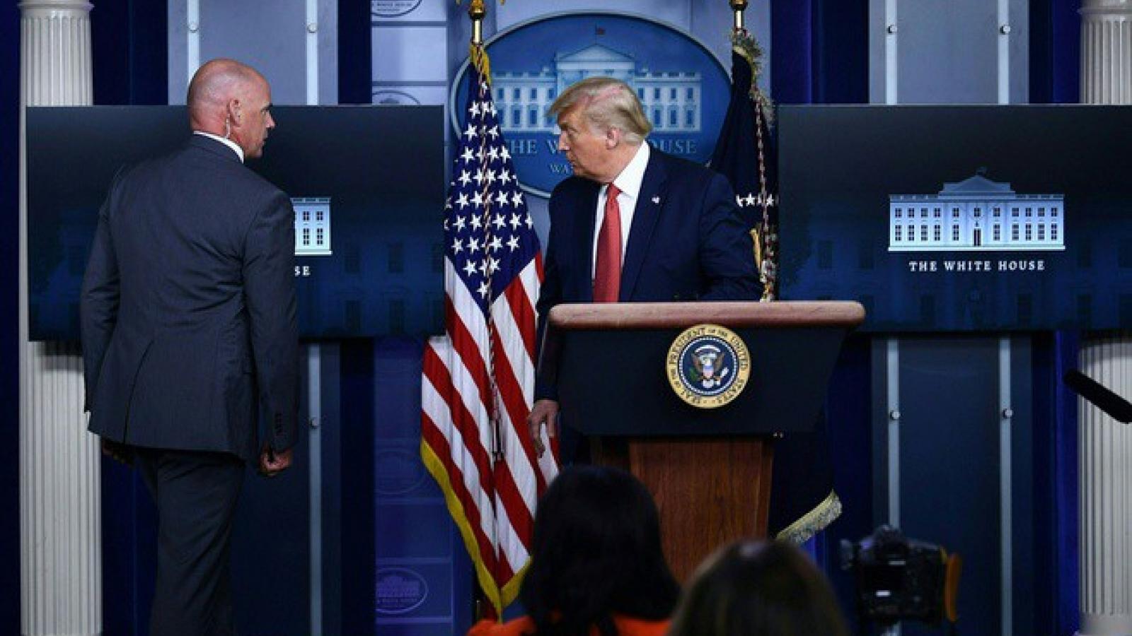 Ông Trump được đặc vụ hộ tống ra khỏi họp báo vì nổ súng gần Nhà Trắng