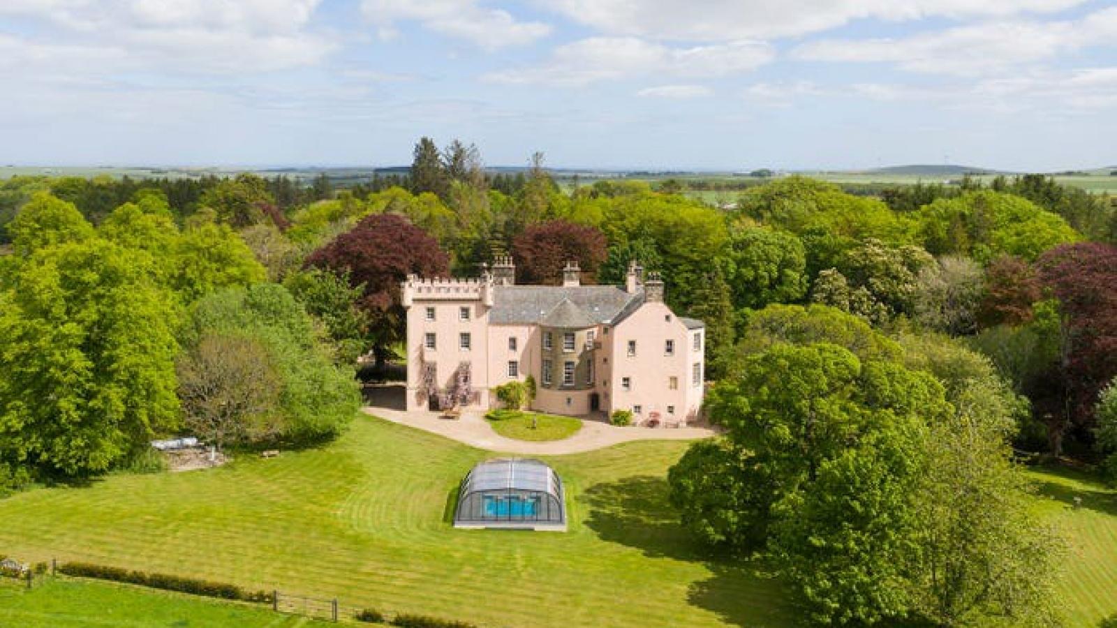 Lâu đài màu hồng đẹp như cổ tích ở vùng cao nguyên Scotland