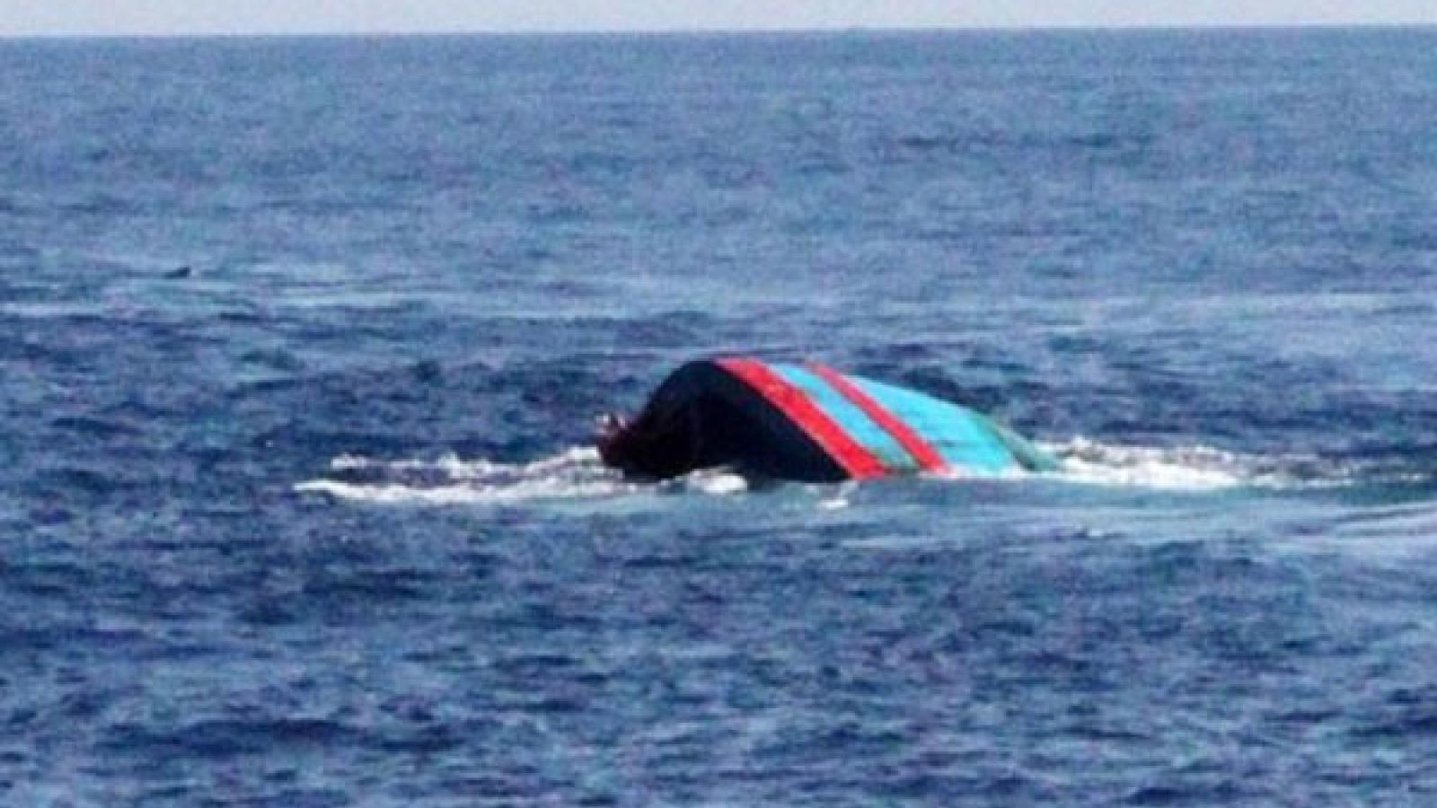 Cứu sống 2 ngư dân trên tàu cá bị chìm do bão số 2