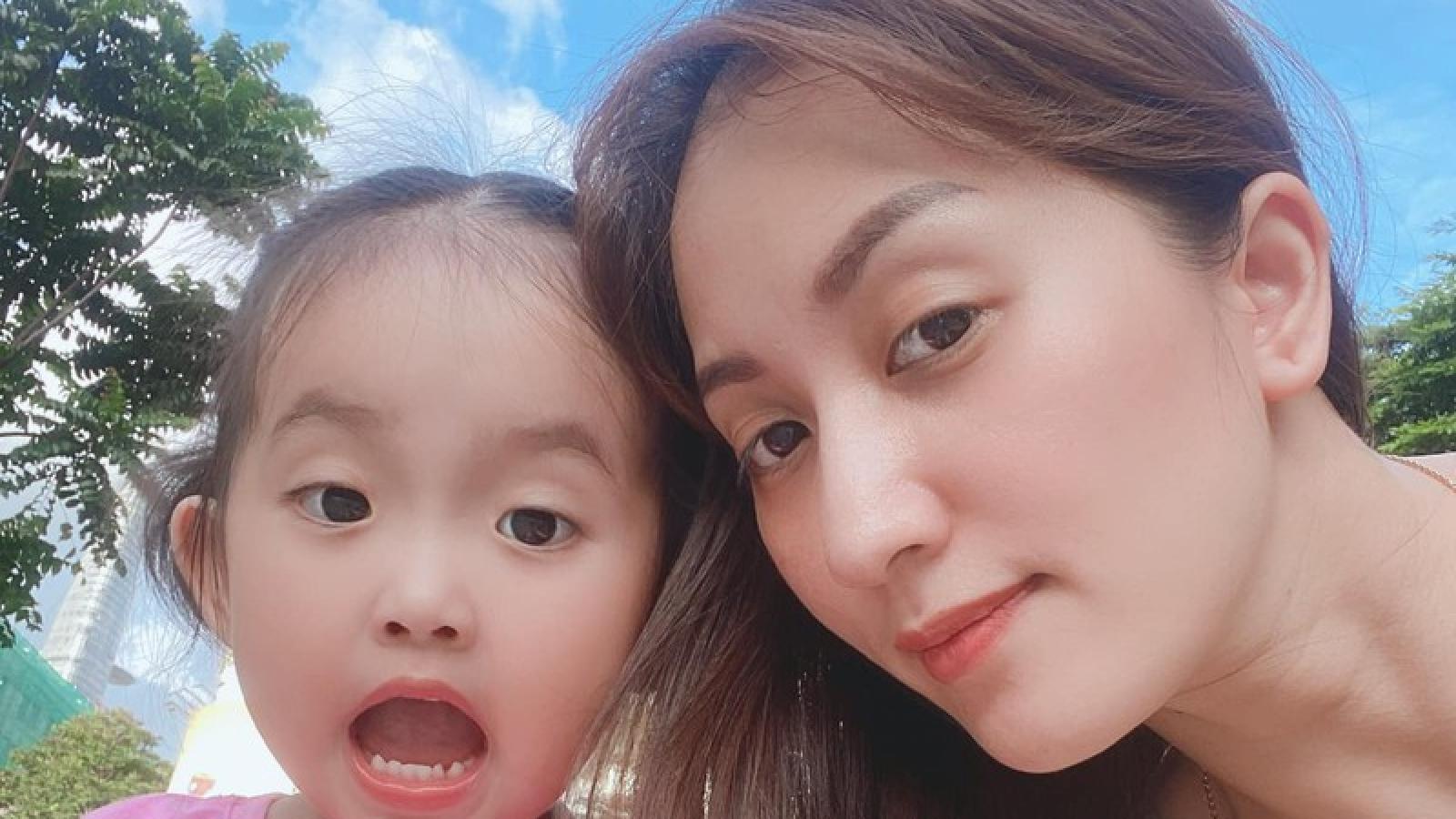 Chuyện showbiz: Khánh Thi khoe nhan sắc trẻ đẹp khi chụp ảnh với con gái