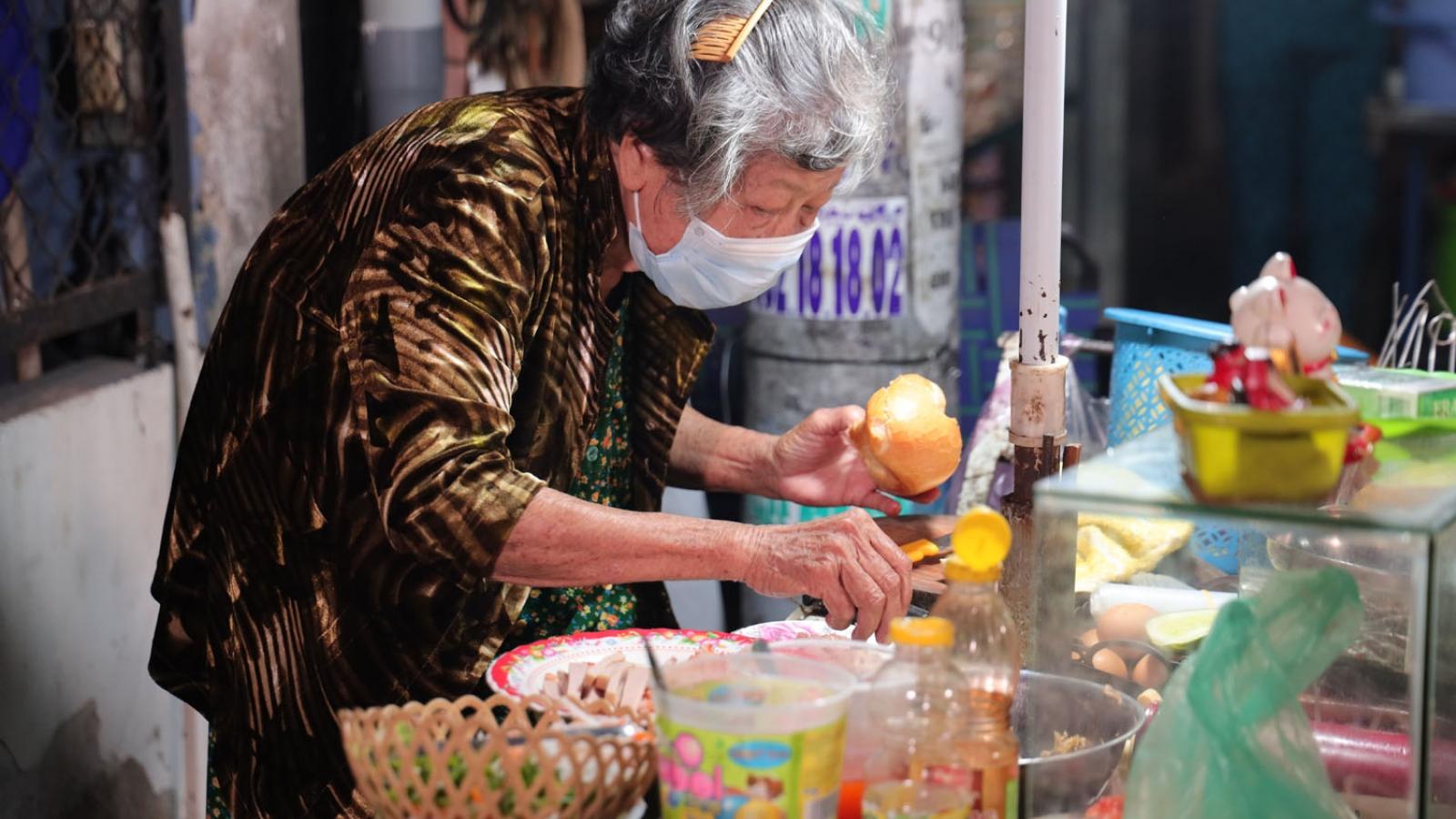 """Cuộc sống """"không ngày vui"""" của cụ bà 74 tuổi bên xe bánh mì ven đường"""