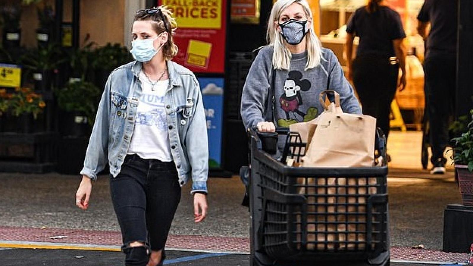 Kristen Stewart mặc đồ cá tính đi mua sắm cùng người yêu đồng giới