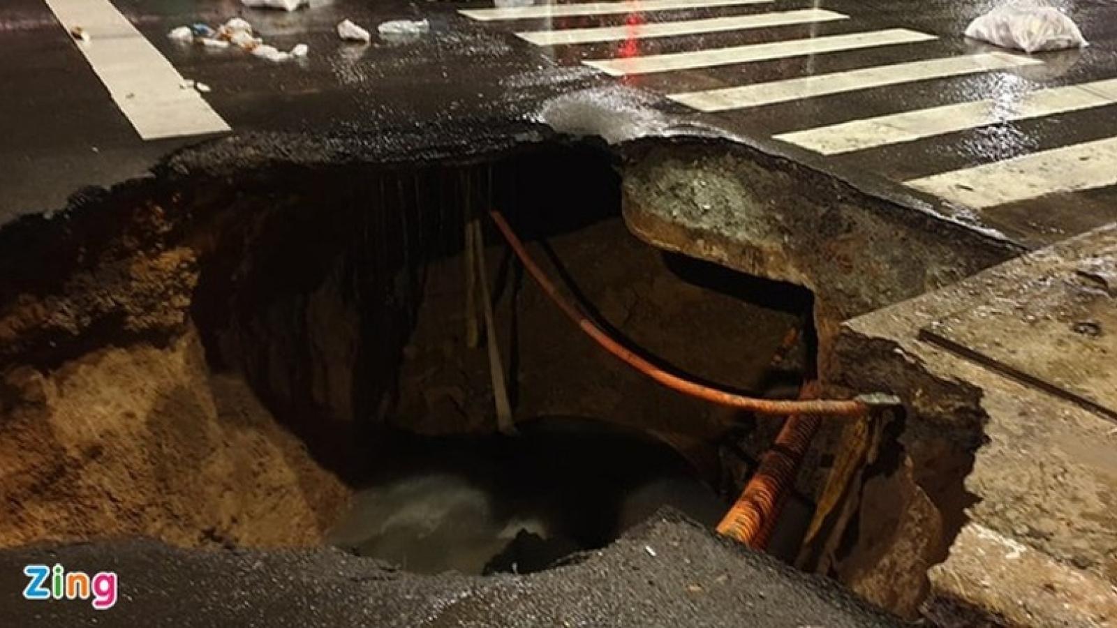 """""""Hố tử thần"""" xuất hiện giữa đường sau cơn mưa lớn ở TP.HCM"""