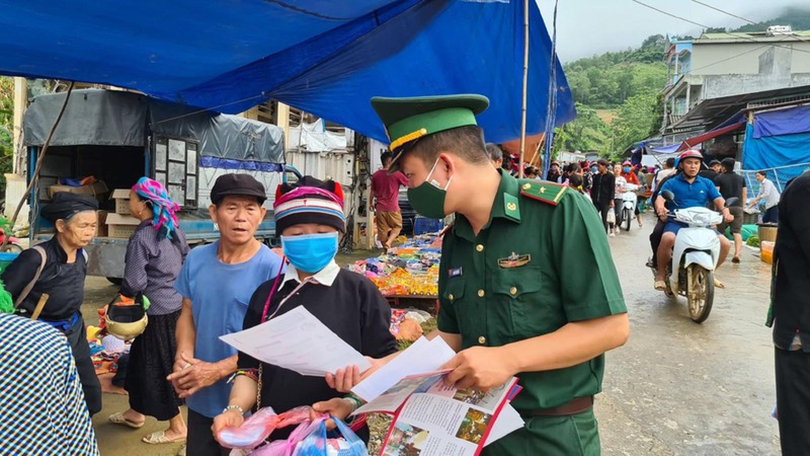 Lính biên phòng tuyên truyền phòng chống Covid-19 trên tuyến biên giới
