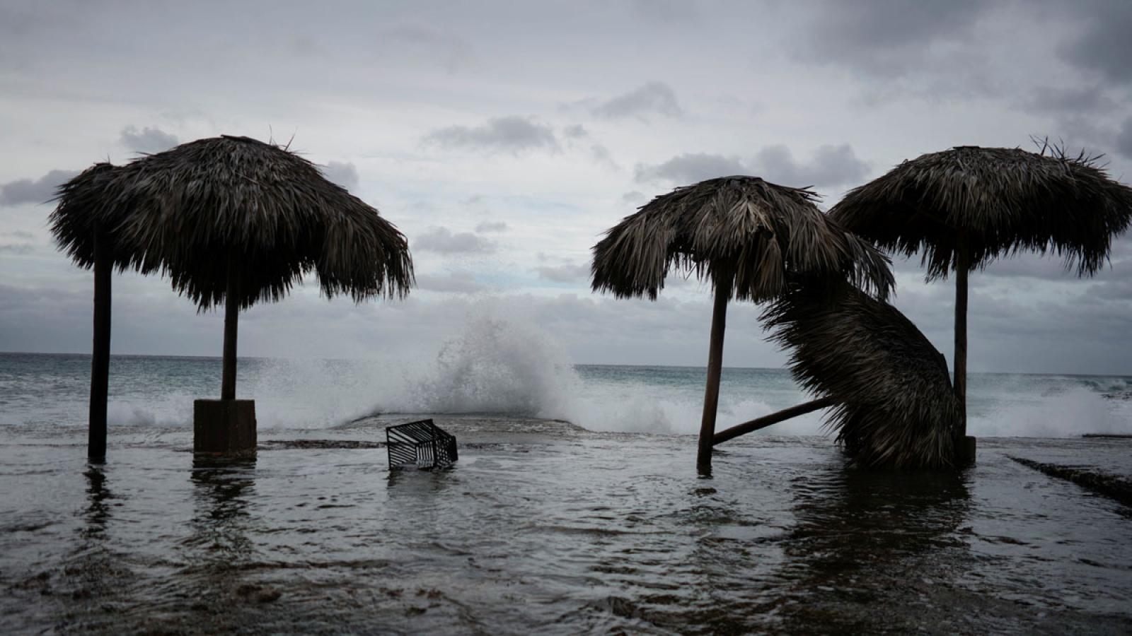 Bão Laura đổ bộ Cuba, hàng ngàn nhà dân bị cô lập do cầu gẫy