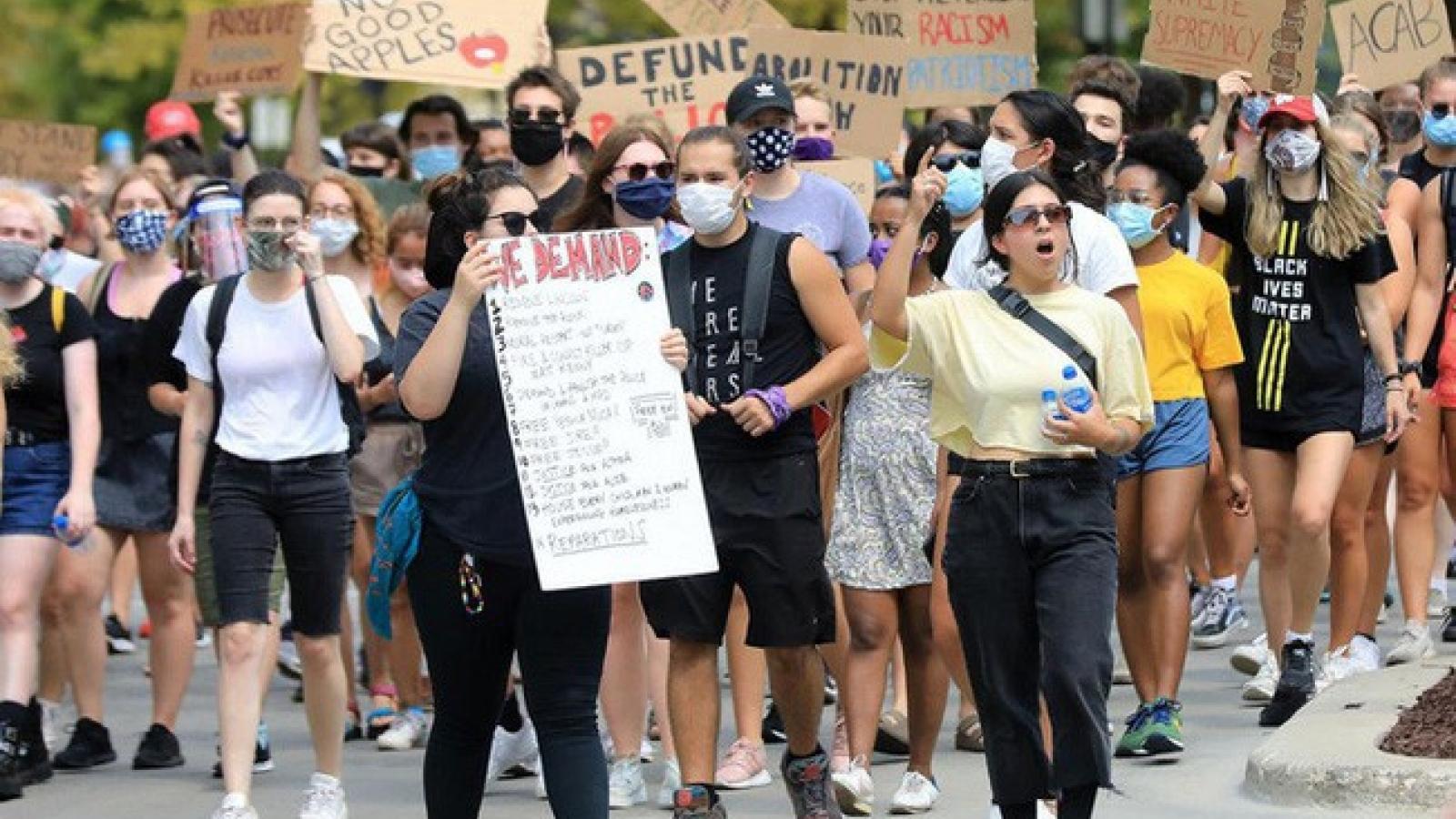 Hàng chục nghin người Mỹ tuần hành phản đối phân biệt chủng tộc