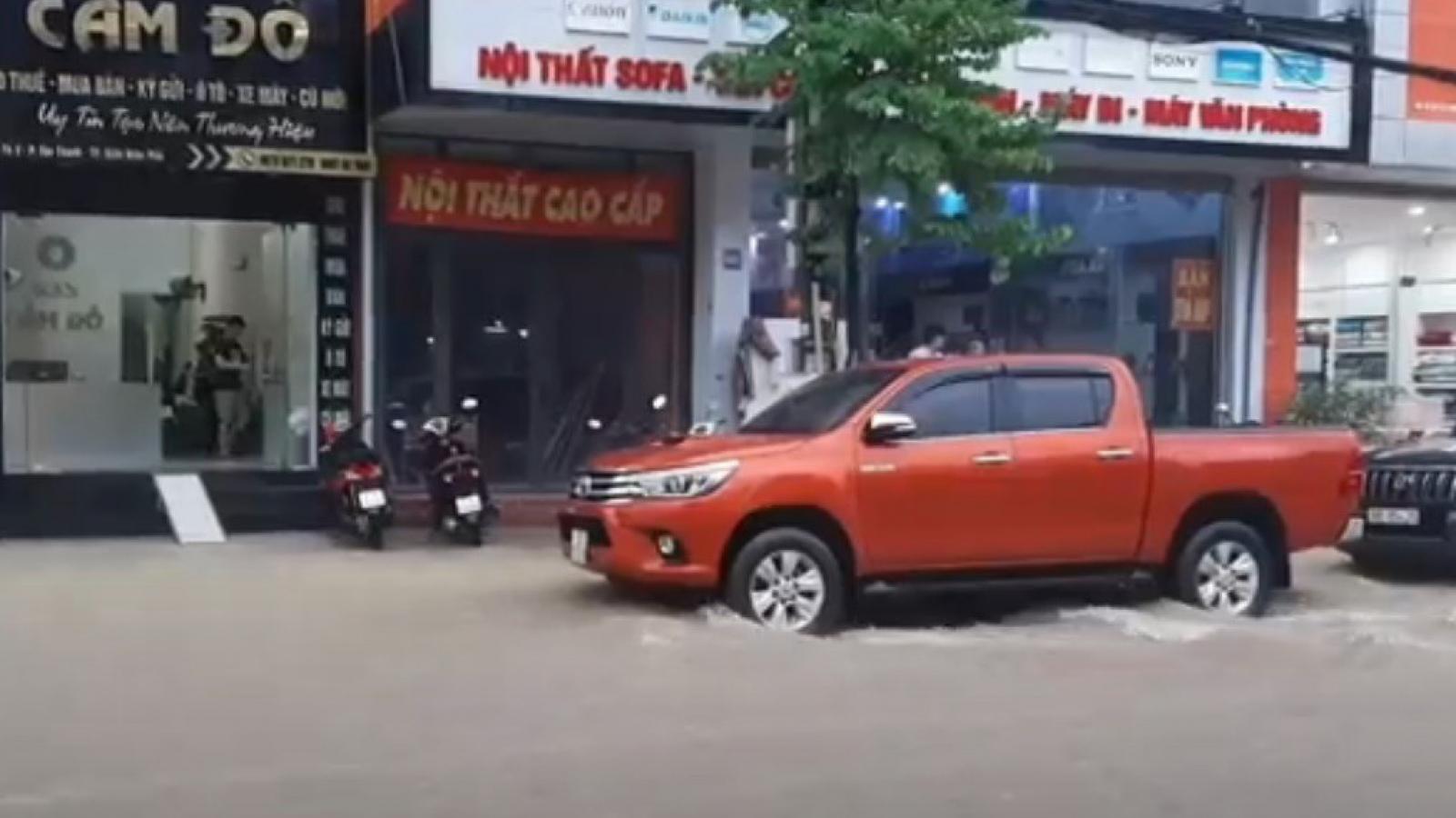 Mưa lớn, nhiều tuyến phố ở thành phố Điện Biên Phủ lại ngập nặng