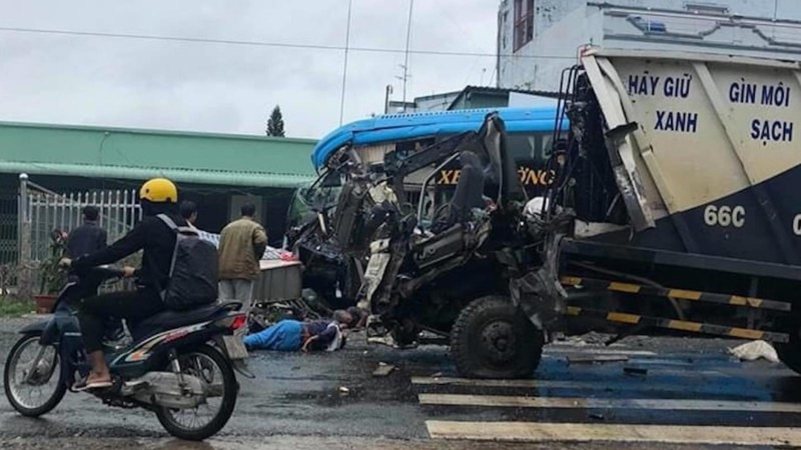 Tai nạn giữa xe chở rác và xe khách, hành khách hoảng loạn