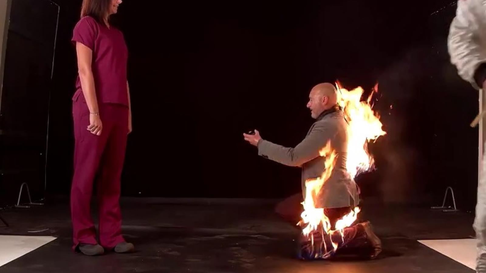 Video: Màn cầu hôn khi quần áo bén lửa cháy rừng rực