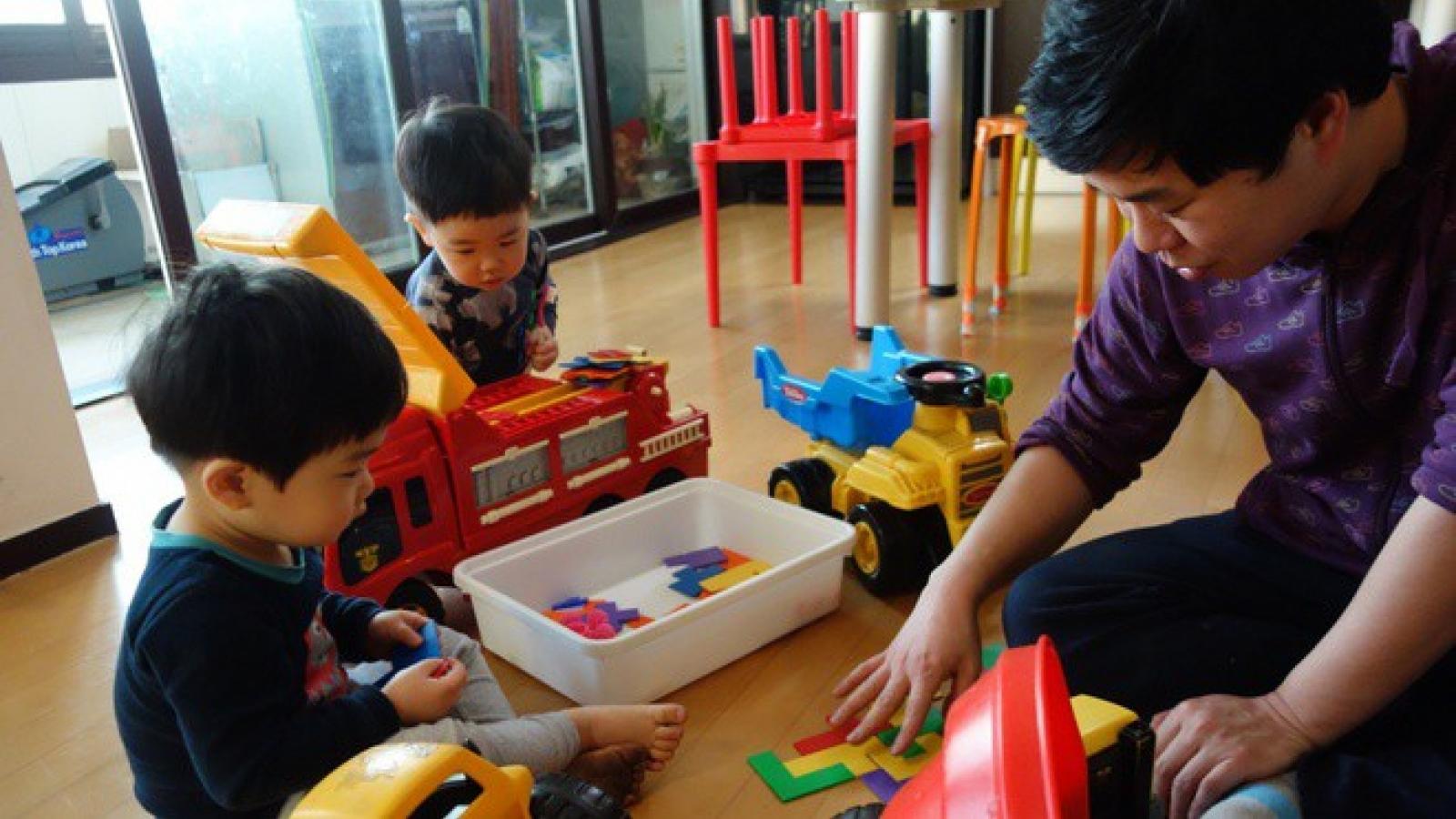 Số lượng nam giới nghỉ phép chăm sóc con cái tại Hàn Quốc tăng đột biến