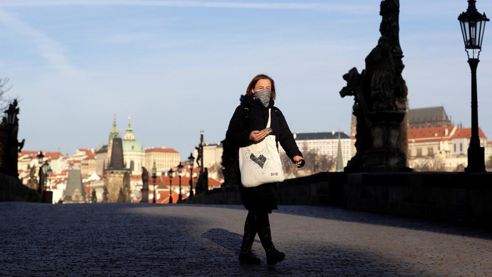 Séc buộc người dân phải đeo khẩu trang nơi công cộng để phòng dịch Covid-19